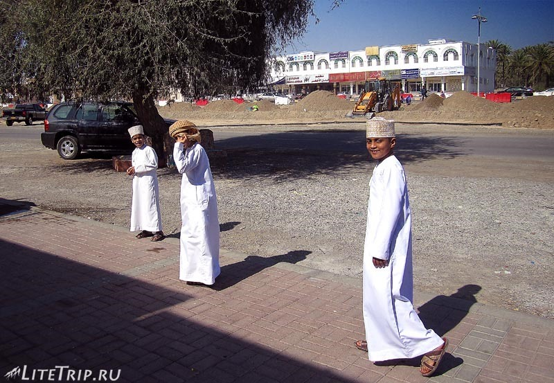 Оман. Город Сохар - местные мальчишки.