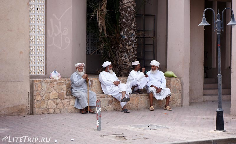 Оман. Крепость Низвы - местные старики.