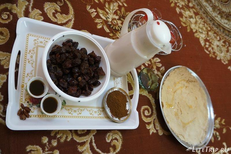 Чай по омански с финиками и лепешкой.