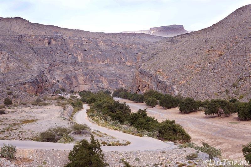 Оман - долина вади (Wadi) в горах.