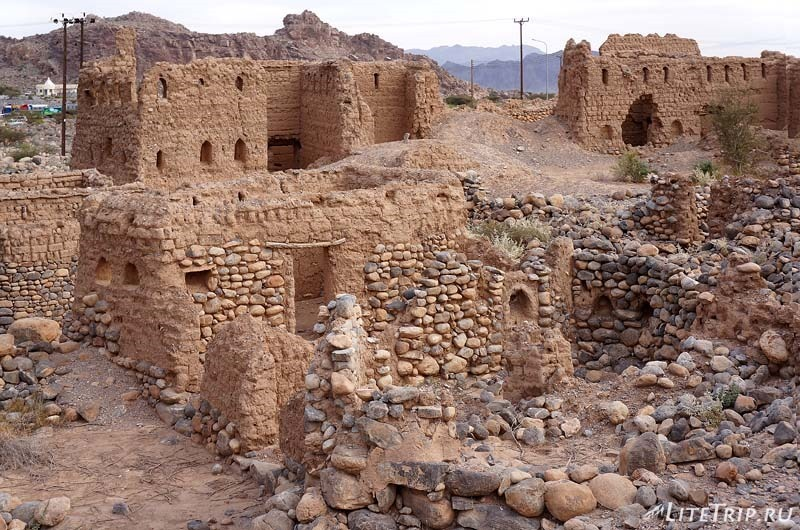 Оман - полуразвалившиеся дома старого города.