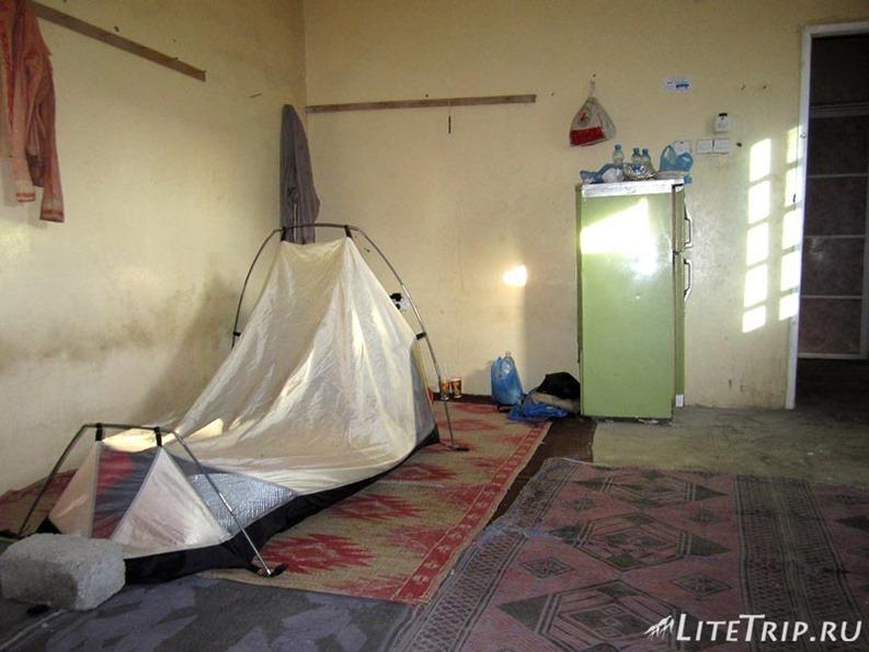 Оман. Рустак - палатка на маленьком заводе.