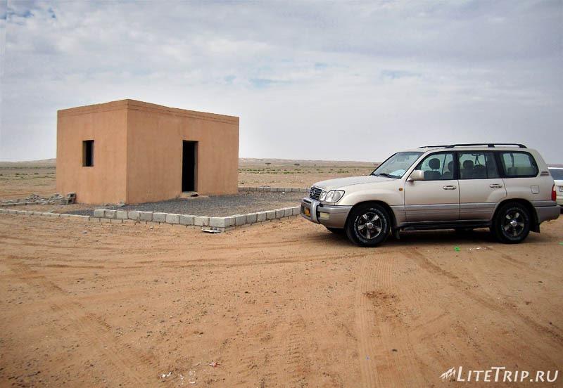 Оман. Дорога в Салалу - остановка у мечети в пустыне.