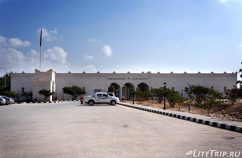 Оман. Салала. Музей Аль Балид - здание.