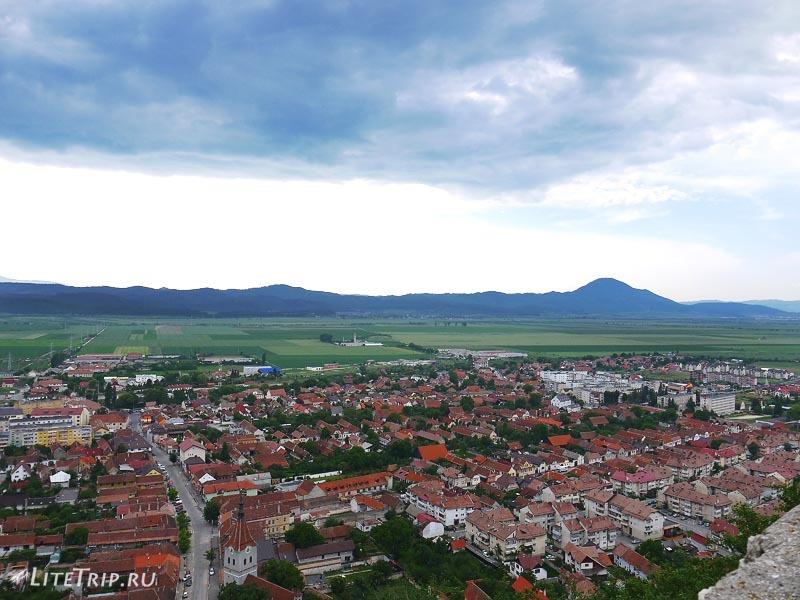 Румыния. Вид на Рышнов из крепости.