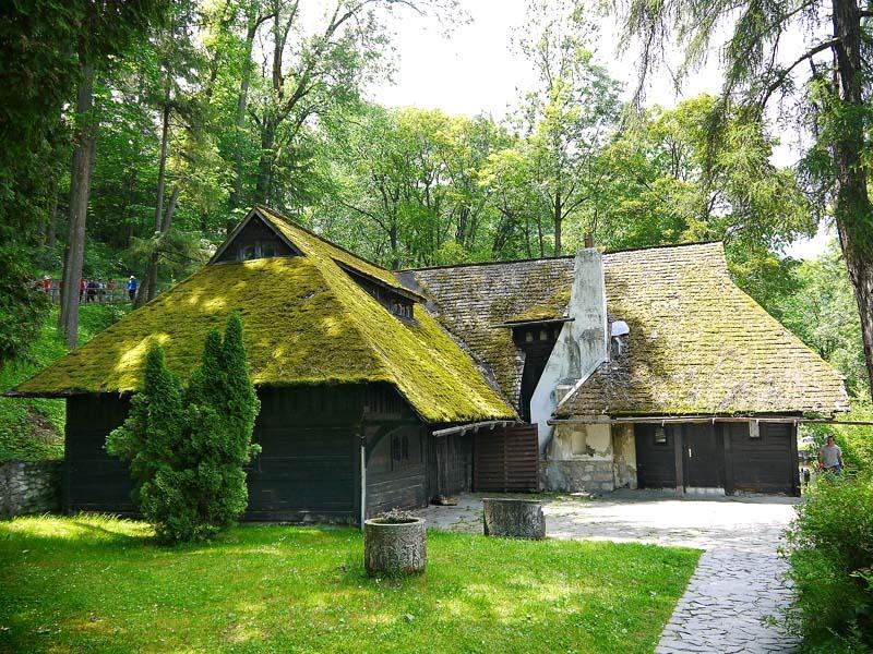 Румыния. Домик у подножия замка Бран.