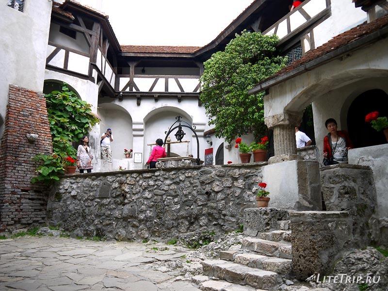 Румыния. Замок Дракулы в Бране. Внутренний двор.