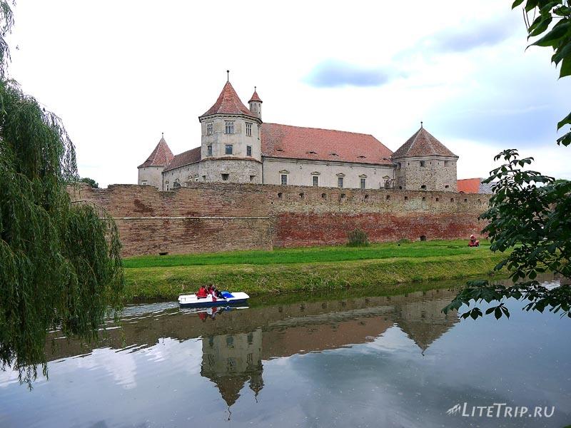 Румыния. Водный канал вокруг Фэгэрашского замка