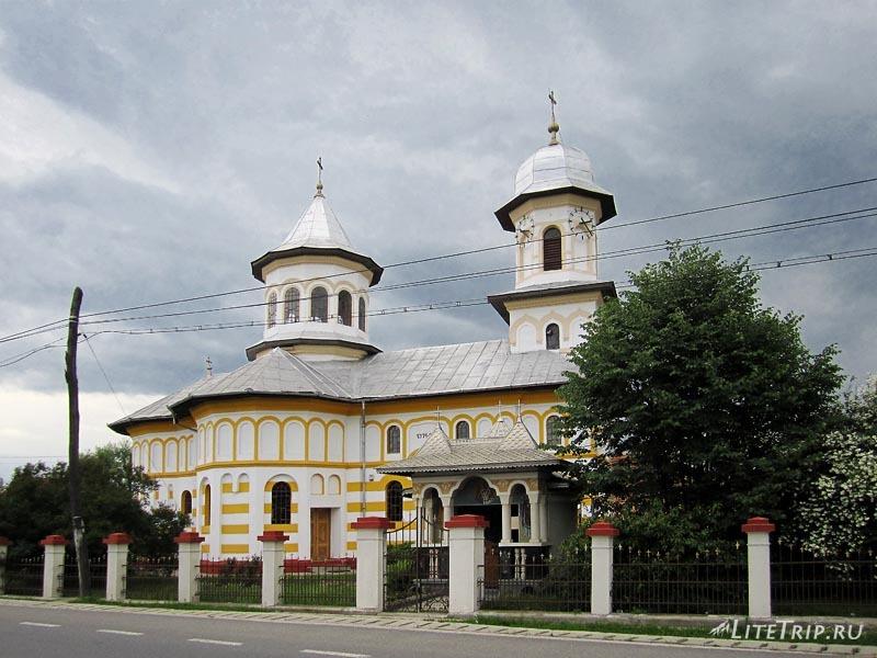Румыния. Церковь где-то по дороге.