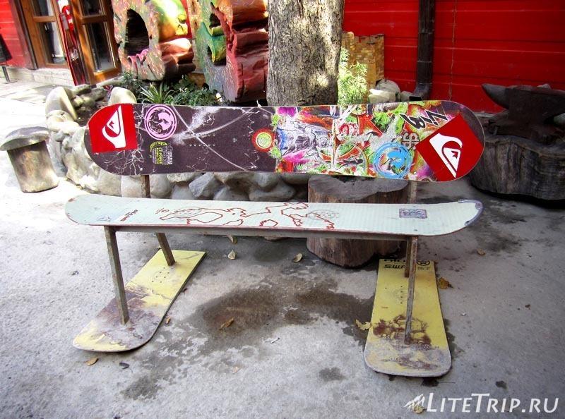 Россия. Красная Поляна. Скамейка в олимпийском городке.