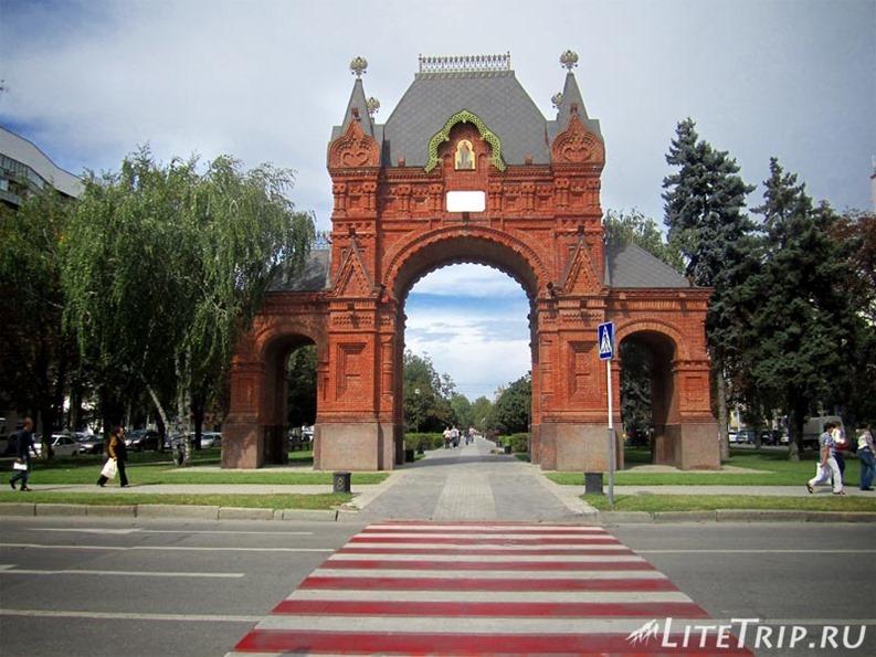 Россия. Красная улица в Краснодаре - Триумфальная арка.