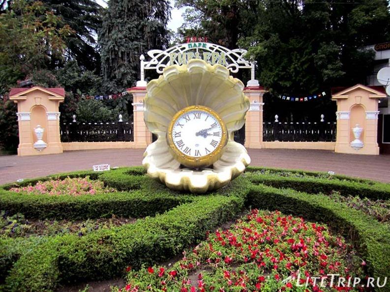 Россия. Городской парк Сочи - часы.