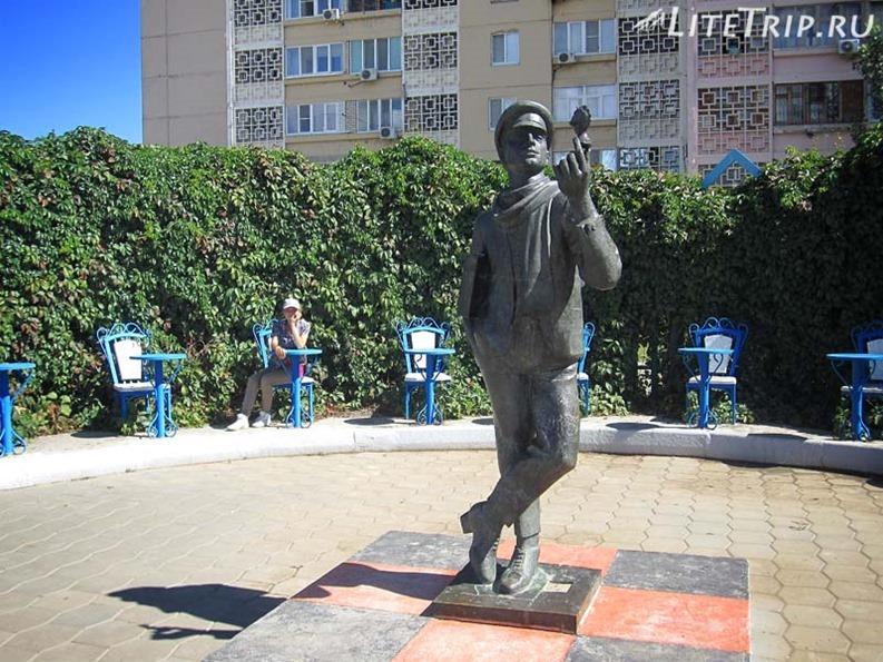 Россия. Элиста (Калмыкия) - памятник Остапу Бендеру.