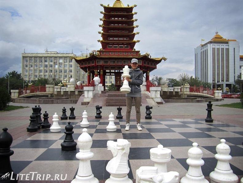 Россия. Элиста (Калмыкия) - шахматы на площади Ленина.