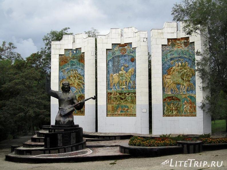 Россия. Элиста (Калмыкия) - памятник сказителю.