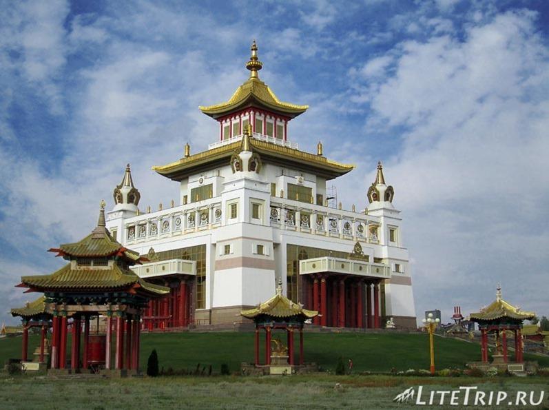 Россия. Элиста (Калмыкия) - главный буддийский храм.