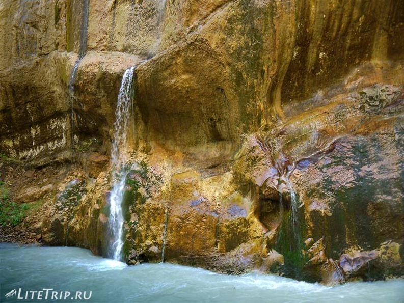 Россия. Кабардино-Балкария. Чегемские водопады - стена.
