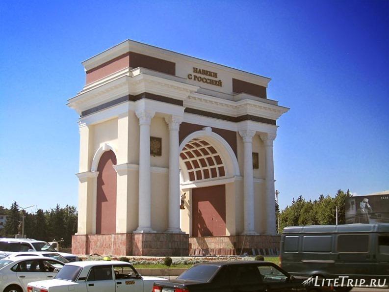 Россия. Нальчик - ворота на выезде из города.