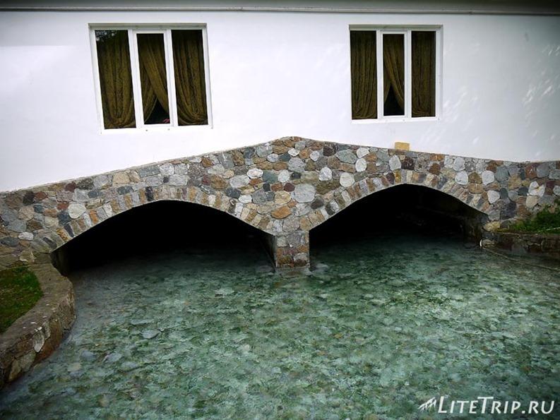 Россия. Верхняя Балкария - мостик через голубые озера.