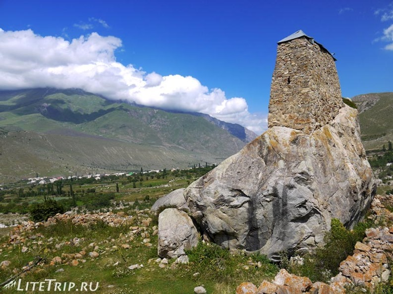 Россия. Верхняя Балкария - башня на камне.