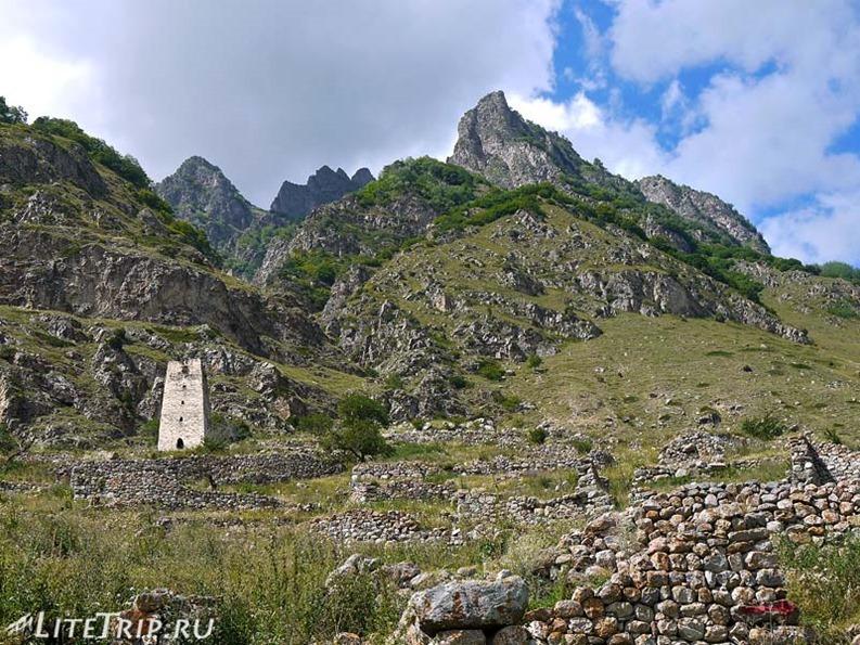 Россия. Верхняя Балкария - башня в развалинах.