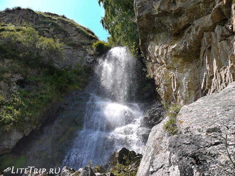Россия. Верхняя Балкария - водопад за развалинами.