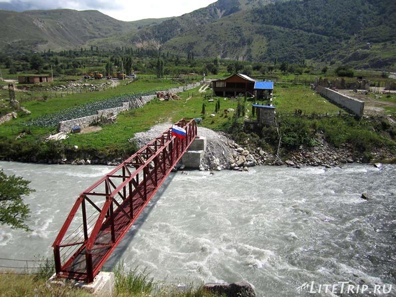 Россия. Верхняя Балкария - мост через реку.