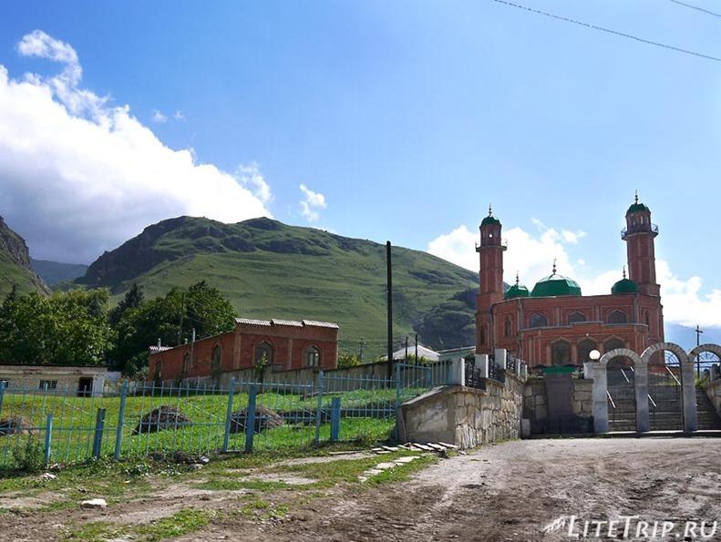 Россия. Верхняя Балкария - мечеть в селе.