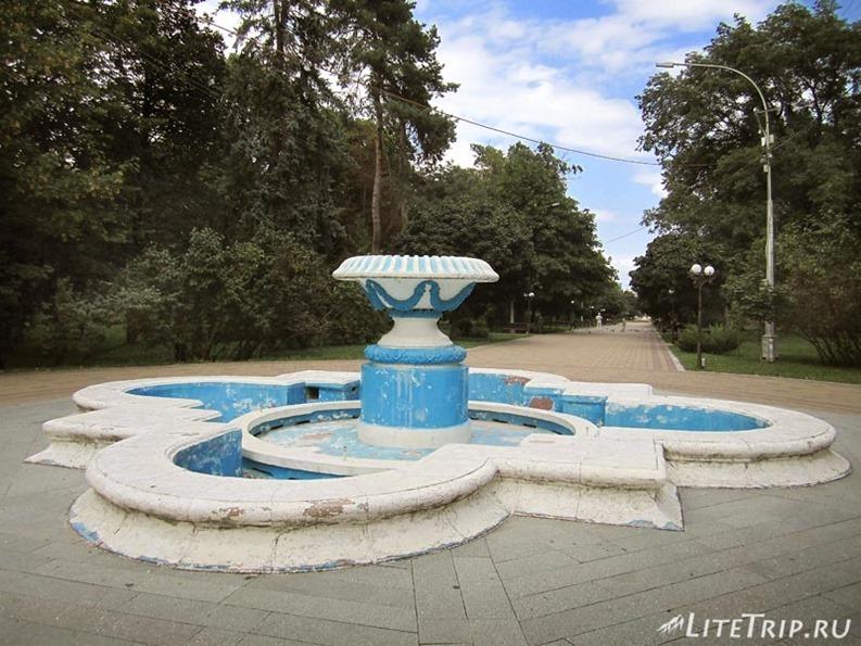 Россия. Кабардино-Балкария. Нальчик - фонтан в большом парке.