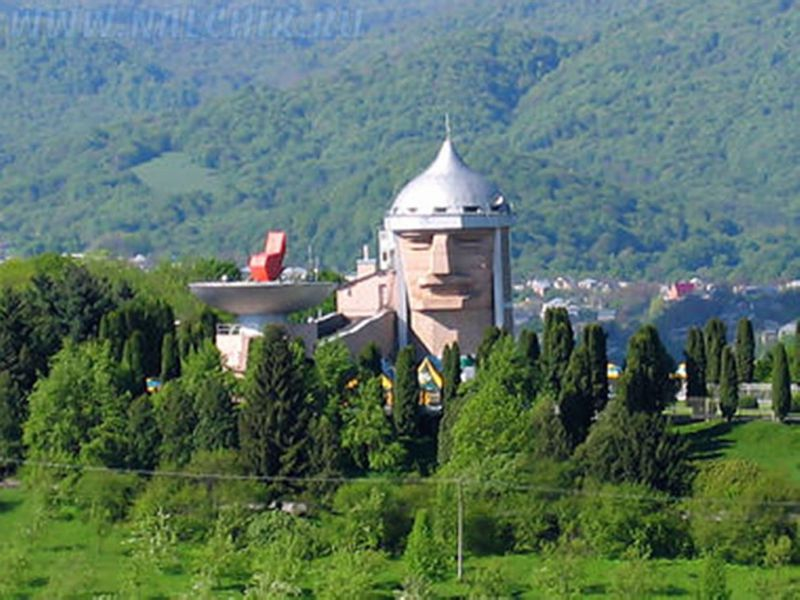 Россия. Кабардино-Балкария. Нальчик - голова богатыря.