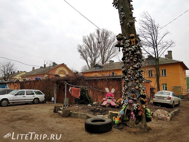 Калининградская область. Балтийск. Игрушки во дворе.
