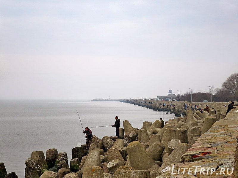 Калининградская область. Балтийск. Набережная. Массовая рыбалка.