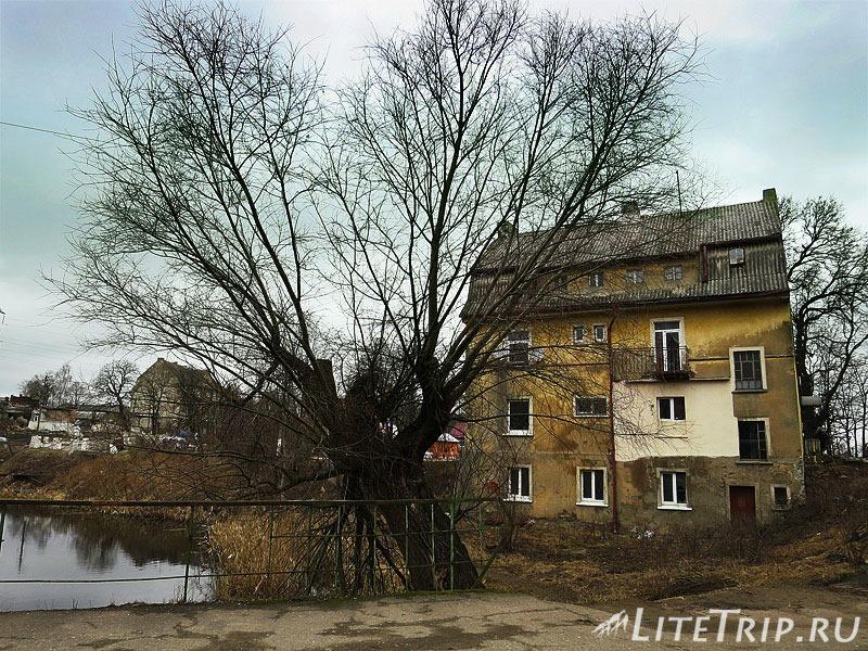 Калининградская область. Неман. Дом у моста и озера.