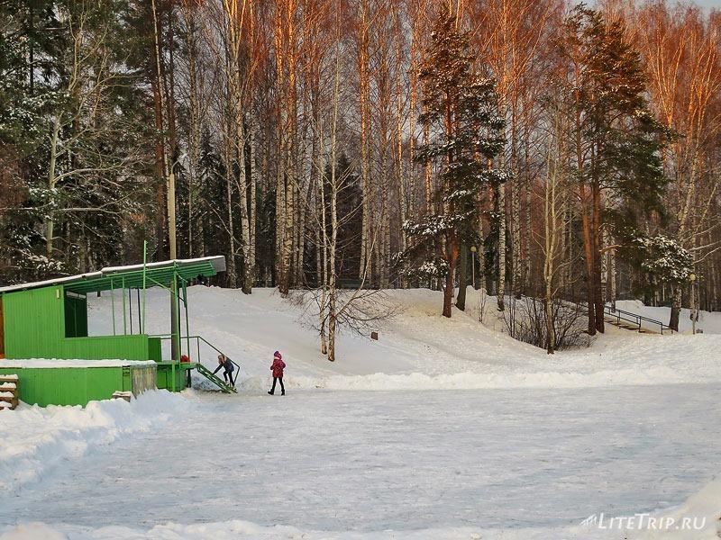 Каток у реки Ивкинка зимой