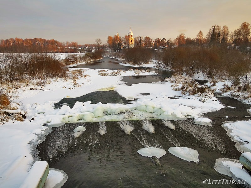 Лед на плотине на реке Ивкинка