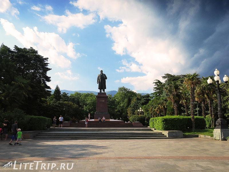 Крым. Ялта. Памятник Ленину.