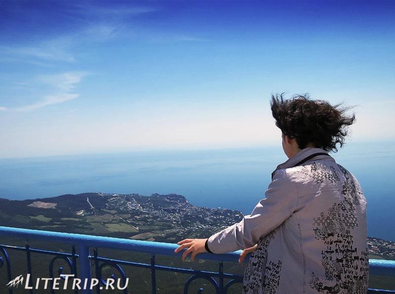 Крым. Ялта. Гора Ай-Петри - обзорная площадка и ветер.