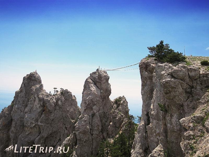 Крым. Ялта. Гора Ай-Петри - мостики и крест.