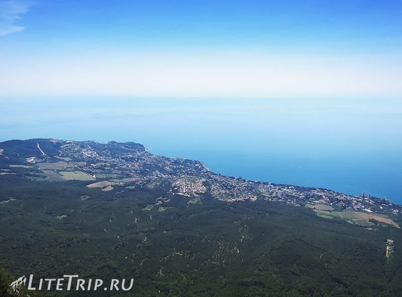 Крым. Ялта. Гора Ай-Петри - вид с верху на море.