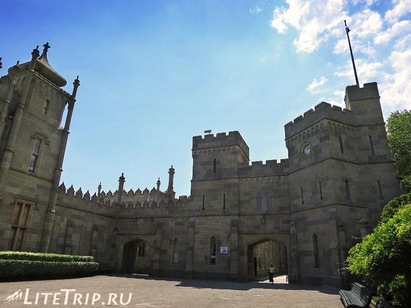 Крым. Воронцовский дворец. Башни.