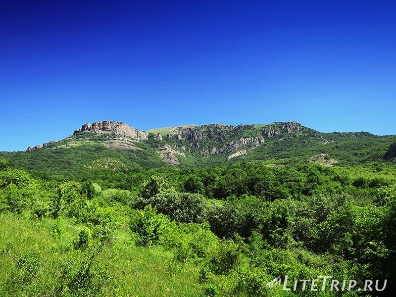 Крым. Демерджи. Долина Привидений. Вид с дороги.