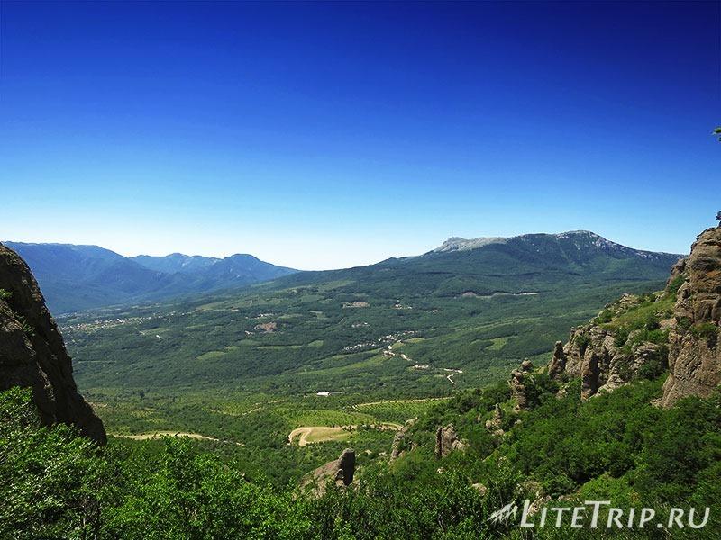 Крым. Демерджи. Долина Привидений. Вид с горы.