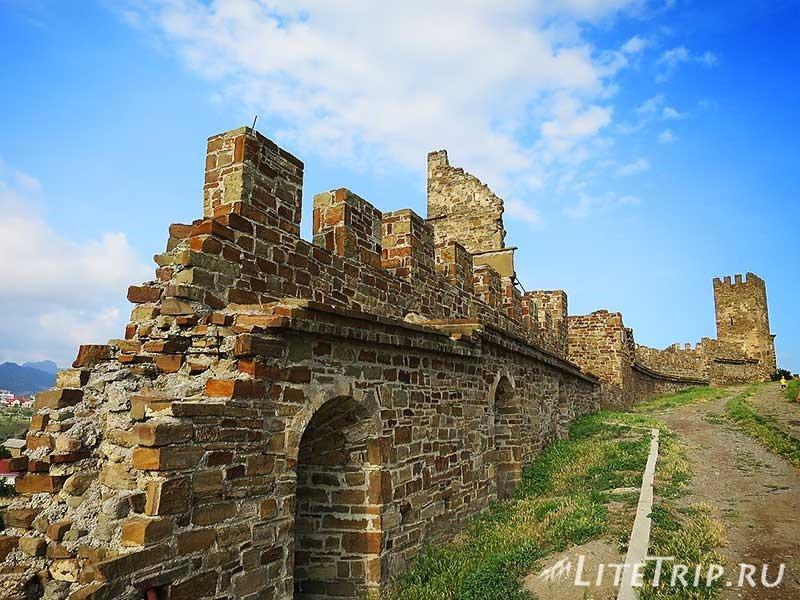 Крым. Судак. Генуэзская крепость. Восточная стена.