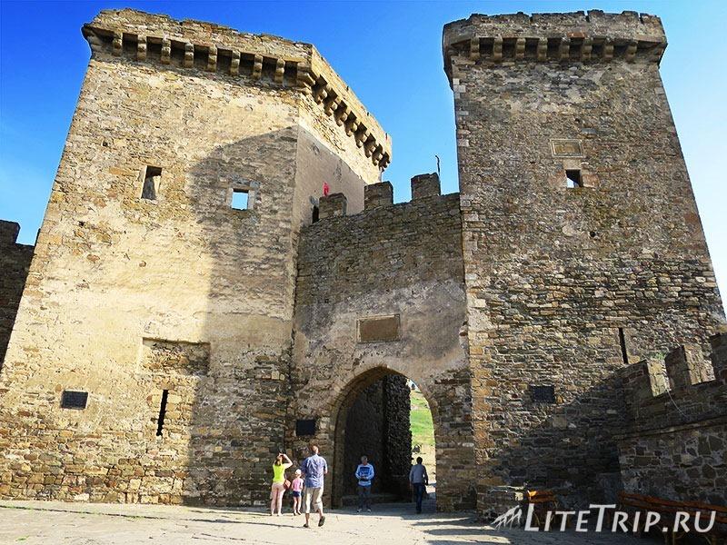 Крым. Судак. Генуэзская крепость. Главные ворота снаружи.