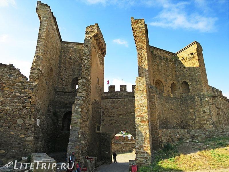 Крым. Судак. Генуэзская крепость. Главные ворота изнутри.