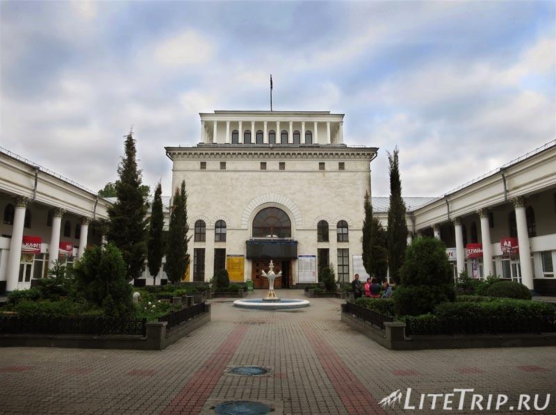 Крым. Симферополь. Железнодорожный вокзал - двор.