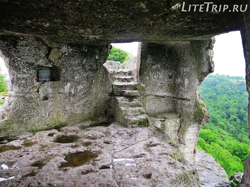 Крым. Бахчисарай. Мангуп-Кале - нижний ярус пещер.