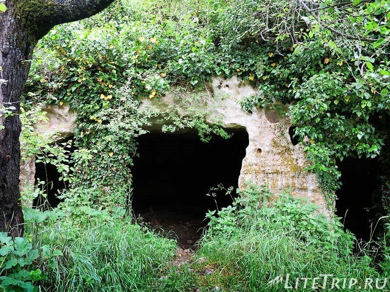 Крым. Бахчисарай. Мангуп-Кале - пещеры по дороге.