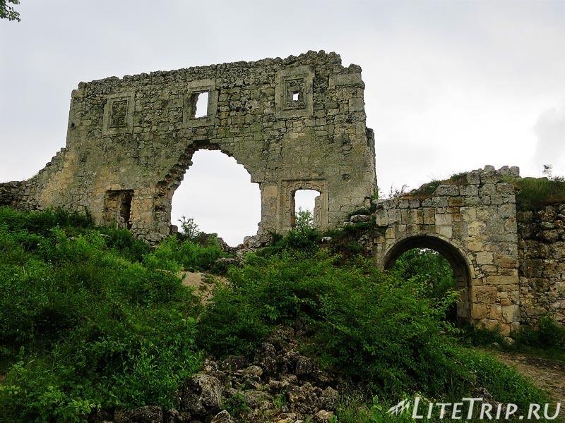 Крым. Бахчисарай. Мангуп-Кале - старые ворота.