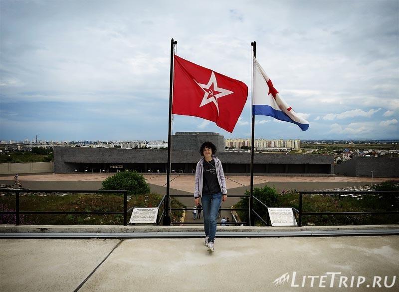 Крым. Севастополь. 35-я батарея - на цитадели я с флагами.